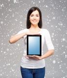 拿着在h的年轻和美丽的少年女孩一台ipad片剂个人计算机 库存照片