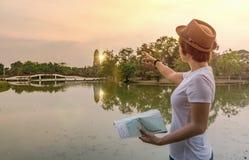 拿着地图和指向方向的旅游妇女 免版税库存照片