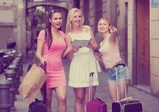 拿着地图的妇女旅客 免版税库存图片