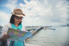 拿着地图的幸福年轻亚裔妇女 图库摄影