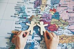 拿着地图的手木矮小的人 免版税库存图片