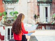 拿着地图的逗人喜爱的妇女 旅行和旅游业概念 免版税图库摄影