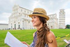 拿着地图,奇迹广场的外形的女性游人 免版税库存图片