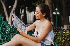 拿着地图,旅游业,旅行,休闲,假日,墨西哥女孩的拉丁妇女 库存照片