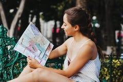 拿着地图,旅游业,旅行,休闲,假日,墨西哥女孩的拉丁妇女 免版税图库摄影