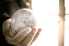 拿着地球地球模型与雷达backgr的商人球地图 免版税库存图片