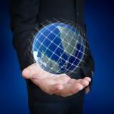 拿着地球的人的手 免版税库存图片