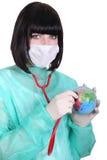 拿着地球的女性医生 免版税库存图片
