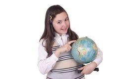 拿着地球的愉快的学校女孩 免版税库存图片