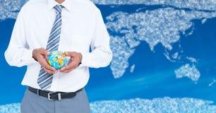 拿着地球的旅行代理人中间部分反对与云彩和蓝色背景的地图 库存图片