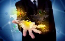 拿着地球统计地图的企业人 免版税图库摄影