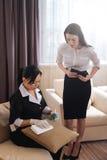 拿着坐垫的宜人的坚硬工作的旅馆佣人 库存图片