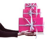 拿着堆桃红色礼物盒的女性手 库存图片