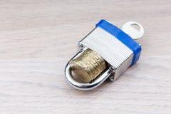 拿着堆硬币的挂锁 图库摄影