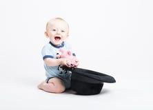 拿着填充动物玩偶的婴孩拉出了黑帽会议 免版税库存图片
