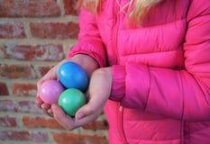拿着复活节彩蛋的女孩 库存照片