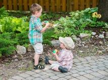 拿着复活节彩蛋的两个男孩 免版税图库摄影