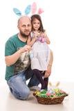 拿着复活节彩蛋的父亲和女儿 库存图片