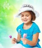 拿着复活节彩蛋,假日,复活节的小女孩 库存照片