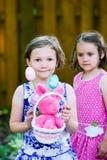 拿着复活节篮子的微笑的女孩 免版税图库摄影