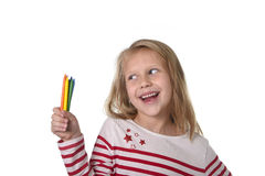 拿着多色蜡笔的美丽的小女孩在艺术学校儿童教育概念设置了 免版税库存照片