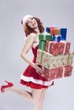 拿着大堆在手和微笑上的礼物盒的正面白种人雪未婚 免版税库存照片