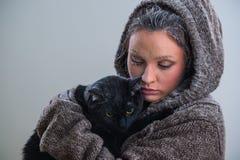 拿着大恶意嘘声的年轻亲切的妇女冬天画象  图库摄影