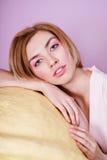 拿着大支柱的惊人的可爱的白肤金发的女孩变粉红色冰淇凌 库存照片