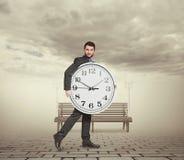 拿着大时钟的人 免版税图库摄影
