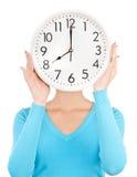拿着大时钟的妇女 免版税库存照片