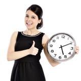 拿着大时钟的妇女 免版税图库摄影