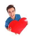 拿着大红色心脏的愉快的人为华伦泰` s天 库存图片
