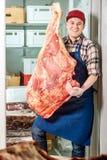 拿着大肉的人 库存图片