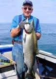 拿着大鱼-安大略湖大马哈鱼的人 库存照片