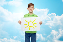 拿着太阳的图画或图片愉快的男孩 免版税库存照片