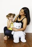 拿着她三岁的女儿的亚裔母亲 免版税库存照片