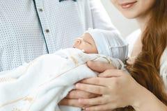 拿着她新出生的男婴的母亲 免版税库存图片