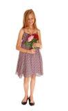 拿着她的两朵玫瑰的可爱的女孩 免版税库存图片