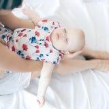 拿着她的女婴的愉快的母亲射击 katya krasnodar夏天领土假期 库存照片