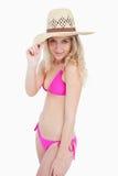 拿着她的帽子边缘的可爱的少年 免版税库存照片