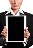 拿着她的数字式片剂个人计算机(白色backg的一名年轻女实业家 库存照片