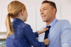 拿着她的父亲领带的好有同情心的女儿 免版税库存图片