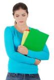 拿着她的笔记的担心的妇女 免版税库存照片