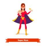 拿着她的胳膊的超级母亲儿子 免版税图库摄影