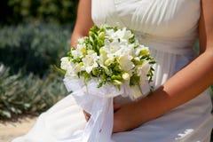 拿着她的花束的新娘 免版税库存照片