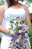 拿着她的花束的新娘 图库摄影