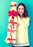 拿着妇女的圣诞节礼品新 免版税库存照片