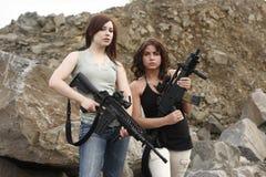 拿着妇女的枪 免版税库存照片