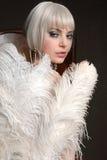 拿着妇女的美丽的羽毛 免版税库存图片