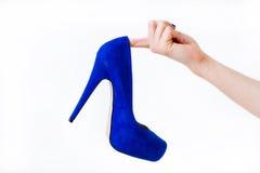 拿着妇女鞋子的手 库存照片